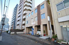 シェアハウスの外観。1階は駐車場です。(2015-11-27,共用部,OUTLOOK,1F)