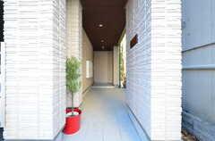 玄関へのアプローチの様子。(2015-11-27,周辺環境,ENTRANCE,1F)