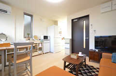 リビングの様子2。キッチンが併設されています。(2015-11-27,共用部,LIVINGROOM,2F)