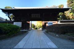 すぐ裏手には大きなお寺が。(2015-11-27,共用部,ENVIRONMENT,1F)