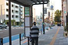 大塚駅行きのバス停は徒歩2分ほど。(2015-11-27,共用部,ENVIRONMENT,1F)