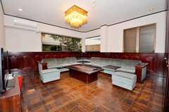 シェアハウスのラウンジの様子。かなりゴージャスです。(2009-10-05,共用部,LIVINGROOM,1F)