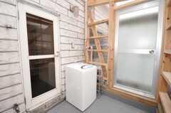 サンルームに設置された洗濯機の様子。(2009-10-05,共用部,LAUNDRY,3F)