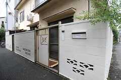 門をくぐって玄関に行きます。(2011-08-23,周辺環境,ENTRANCE,1F)