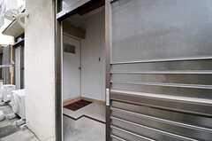 シェアハウスの玄関ドアの様子。引き戸です。(2011-08-23,周辺環境,ENTRANCE,1F)