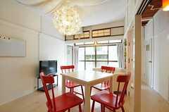 シェアハウスのリビングの様子2。奥の窓から物干しスペースに出られます。(2011-08-23,共用部,LIVINGROOM,1F)