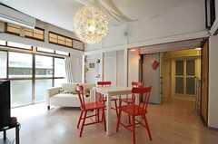 シェアハウスのリビングの様子3。右奥にバスルームとキッチンがあります。(2011-08-23,共用部,LIVINGROOM,1F)