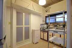 シェアハウスのキッチンの様子。左のドアがバスルームです。(2011-08-23,共用部,KITCHEN,1F)