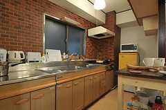 キッチンの様子。壁がレンガ風になっています。(2011-07-29,共用部,KITCHEN,4F)