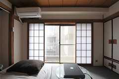 障子を開けると掃き出し窓になっていて、ベランダに出られます。※備品は入居者さんの私物です。(503号室)(2011-07-29,専有部,ROOM,5F)