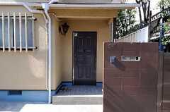 シェアハウスの玄関ドアの様子。インターホンはカメラ付きです。(2011-02-25,共用部,OTHER,1F)