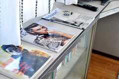 雑誌がディスプレーされています。(2011-02-25,共用部,OTHER,2F)