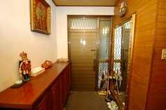 シェアハウスの内部から見た玄関周りの様子。大きな鏡の上にはツタンカーメン王が。(2008-07-15,周辺環境,ENTRANCE,1F)