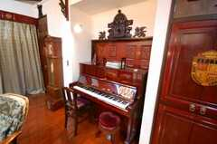 シェアハウスのラウンジ4。もちろんピアノ付き。夜間の演奏はお控え下さい。(2008-07-15,共用部,LIVINGROOM,1F)