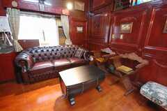シェアハウスのラウンジ5。どっしりとしたソファ。(2008-07-15,共用部,LIVINGROOM,1F)