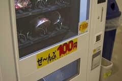 自動販売機ではお菓子やカップラーメンも購入することができます。(2018-10-29,共用部,OTHER,1F)