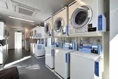 ランドリールームには洗濯機と乾燥機が設置されています。(2018-10-29,共用部,LAUNDRY,8F)