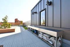 屋上には大きな作業台が設置されています。(2018-10-29,共用部,OTHER,8F)