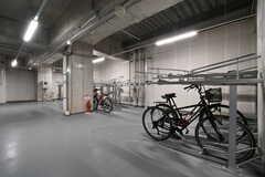 屋内駐輪場の様子2。自転車を駐輪することができます。(2018-10-29,共用部,GARAGE,1F)