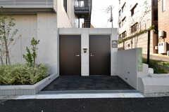 駐輪場の様子2。右手のドアの先にバイクを停めることができます。(2018-10-29,共用部,GARAGE,1F)
