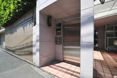 シェアハウスの正面玄関。ドアはオートロックです。(2013-05-23,周辺環境,ENTRANCE,1F)