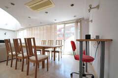 ダイニングにはカウンターテーブルが設けられています。奥の掃き出し窓から、ベランダに出られます。(2013-05-23,共用部,LIVINGROOM,4F)