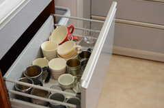 シンク下の収納には、食器類が用意されています。(2013-05-23,共用部,KITCHEN,4F)