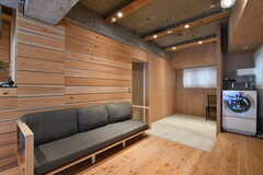 ソファ周辺の様子。壁面の板はシーンごとに張り方や板の幅が異なります。(2019-12-12,共用部,LIVINGROOM,2F)