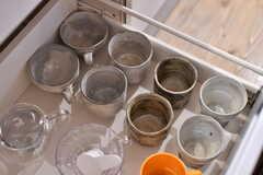 引き出しに収納されているカップや湯呑の様子。(2019-12-12,共用部,KITCHEN,2F)