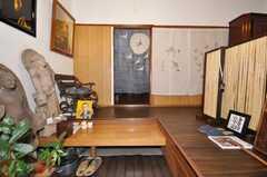 美術館の正面玄関から見た内部の様子。のれんの奥がシェアハウススペース。(2009-11-12,周辺環境,ENTRANCE,1F)