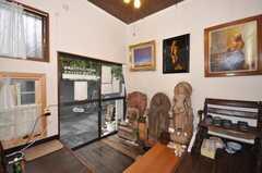 内部から見た玄関周りの様子。インドの仏像が並ぶ。(2009-11-12,周辺環境,ENTRANCE,1F)