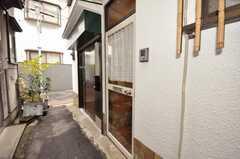 シェアハウスの玄関ドアの様子。(2009-11-12,周辺環境,ENTRANCE,1F)