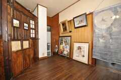 内部から見た玄関周りの様子。写真左手の壁の奥がキッチン。無造作に絵画が置かれている。(2009-11-12,共用部,LIVINGROOM,1F)