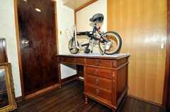 シェアハウスのラウンジの様子。机の右のドアが洗面所とバスルームに繋がります。(2009-11-12,共用部,LIVINGROOM,1F)