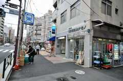 東京メトロ千代田線根津駅からシェアハウスへ向かう道の様子2。(2009-11-12,共用部,ENVIRONMENT,1F)