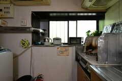 窓側にはトースター、炊飯器、電気ケトルが設置されています。(2018-05-18,共用部,KITCHEN,1F)