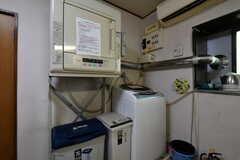 キッチンの対面には、乾燥機と洗濯機が設置されています。(2018-05-18,共用部,LAUNDRY,1F)