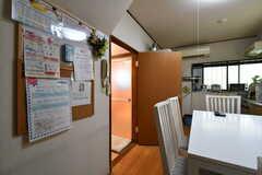 ダイニングテーブル側のドアはバスルームです。(2018-05-18,共用部,OTHER,1F)