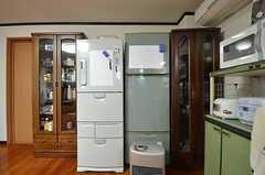大型冷蔵庫は2つ並んでいます。両脇の棚には食器と食材をそれぞれ収納できます。(2014-11-26,共用部,KITCHEN,2F)