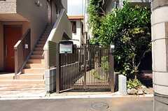 シェアハウスの門扉。旗竿状の敷地のため、奥にシェアハウスがあります。(2012-08-27,共用部,OUTLOOK,1F)
