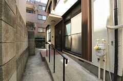 シェアハウスの玄関の様子。奥は自転車置場になっています。(2012-08-27,周辺環境,ENTRANCE,1F)