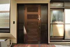 玄関扉の様子。ドアノブが上下2つありますが、日常的に使用するものは上のものだそう。(2012-08-27,周辺環境,ENTRANCE,1F)