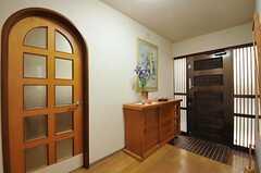 内部から玄関周りを見た様子。左手のドアの先がリビングです。(2012-08-27,周辺環境,ENTRANCE,1F)
