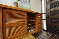 靴箱の様子。棚ごとに部屋分けされています。(2012-08-27,周辺環境,ENTRANCE,1F)