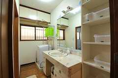 水まわり設備の様子。奥に洗濯機が設置されています。(2012-08-27,共用部,LAUNDRY,1F)
