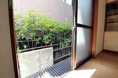 掃き出し窓の外には縁側があります。(102号室)(2012-08-27,専有部,ROOM,1F)