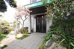 シェアハウスの正面玄関。(2013-03-28,周辺環境,ENTRANCE,1F)