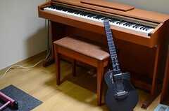 ピアノの脇に置かれているのは、電子ギターです。(2013-03-28,共用部,LIVINGROOM,1F)