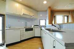 キッチンはレの字のレイアウトです。(2013-03-28,共用部,KITCHEN,1F)