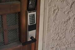 玄関の鍵はナンバー式のオートロックです。(2018-03-19,周辺環境,ENTRANCE,1F)